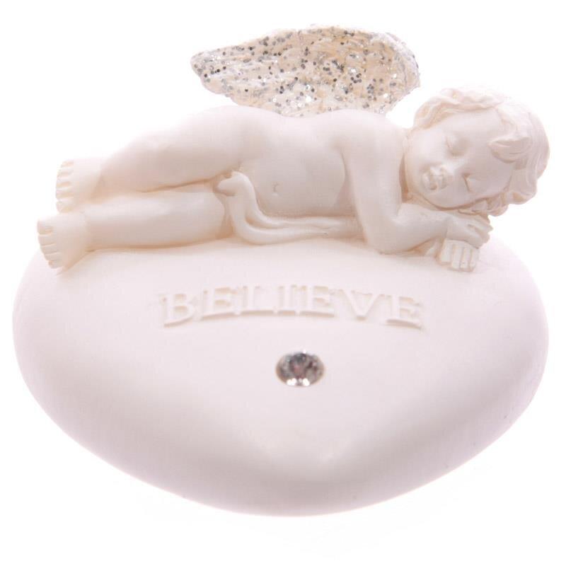 Believe - Schlafendes Engelchen auf herzförmigen Wunchstein