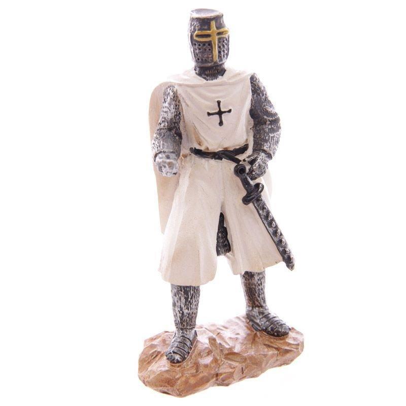 Kreuzritter mit Mantel und Schwert
